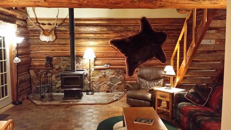 Montana log cabin get away next to Glacier National Park, alquiler de vacaciones en Columbia Falls