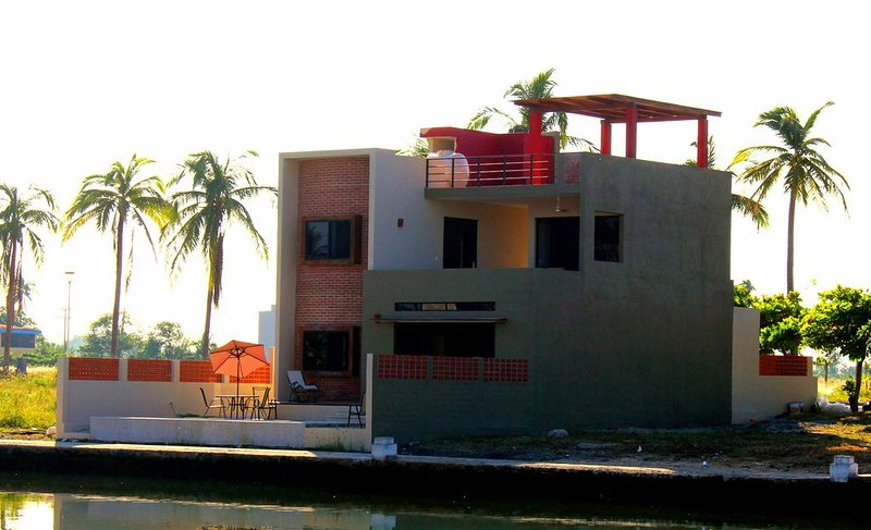 Barra de Navidad Waterfront Canal Home with Private Pool, alquiler de vacaciones en Barra de Navidad