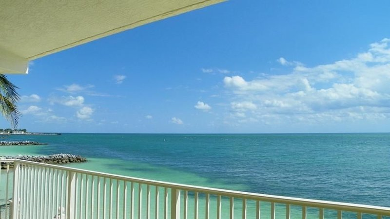Oceanfront Balcony w/Panoramic View, Beach, Pool, Hot Tub, Tennis & Fishing Pier, vacation rental in Key Colony Beach