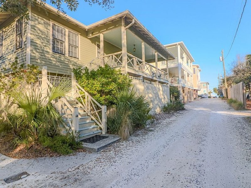 Skipjack Cottage - Ideal for Families or Groups - 5 Houses from Beach!, location de vacances à Wilmington Island