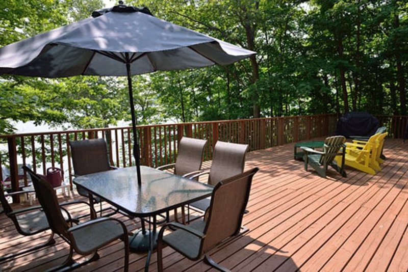 Beautiful. comfortable cottage, amazing Lake views. Family friendly. Huge deck., holiday rental in Seguin Township