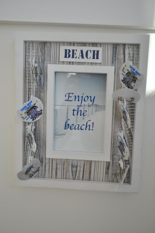 BEACH BOX avec des chaises, des parapluies et des jouets à OCEAN St, Beach, ÉGALEMENT TAGS BEACH