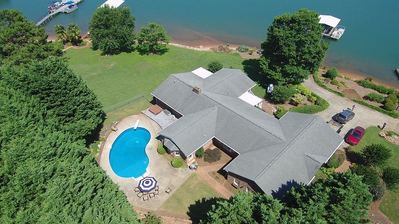 Lake front home with dock, boat ramp and pool.  Minutes from downtown Clemson., location de vacances à Clemson