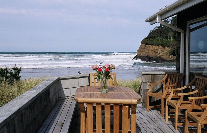 Secluded and updated beach front home with Spectacular Views, alquiler de vacaciones en Neskowin