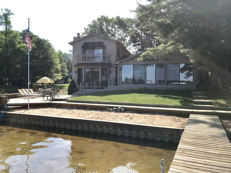 Upper Silver Lake, Beautiful 5 Bedroom Lake Front Log Cabin Style Home, location de vacances à Oceana County