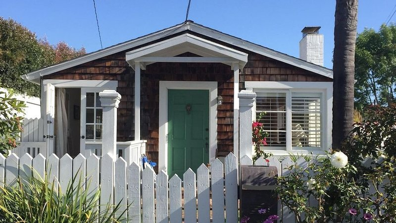 Charming Cottage Near the Beach In the Heart of Laguna Village, vacation rental in Laguna Beach