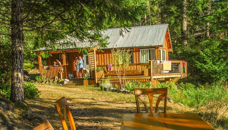 Sunny Lakefront Cottage with Ocean Access and Mooring, location de vacances à Quadra Island