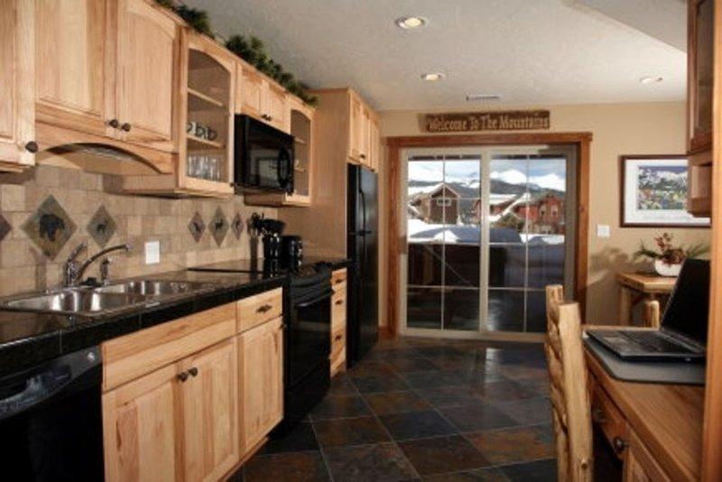 Belle cuisine moderne entièrement ouverte sur le patio et le spa