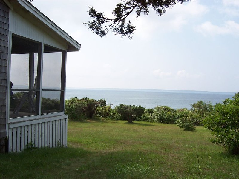 Waterfront Cottage With Private Beach And Best Sunset Viewing On Island, alquiler de vacaciones en West Tisbury