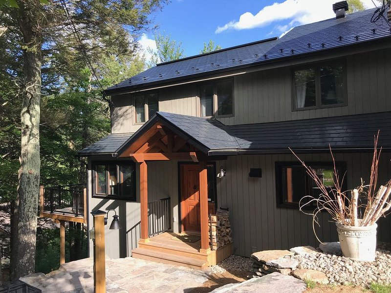 5 Bdrm Chalet On The Mountain - Year Round Family Fun At Tremblant, alquiler vacacional en Mont Tremblant