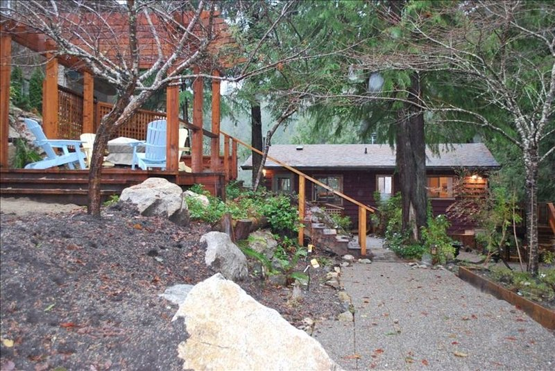 Cottage with Hot Tub Deck / Gazebo with Propane Firepit, vacation rental in Egmont
