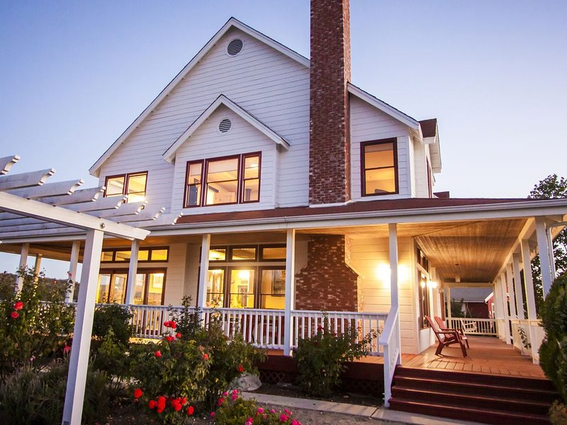 Wine Country Vineyard Farmhouse, vacation rental in Templeton