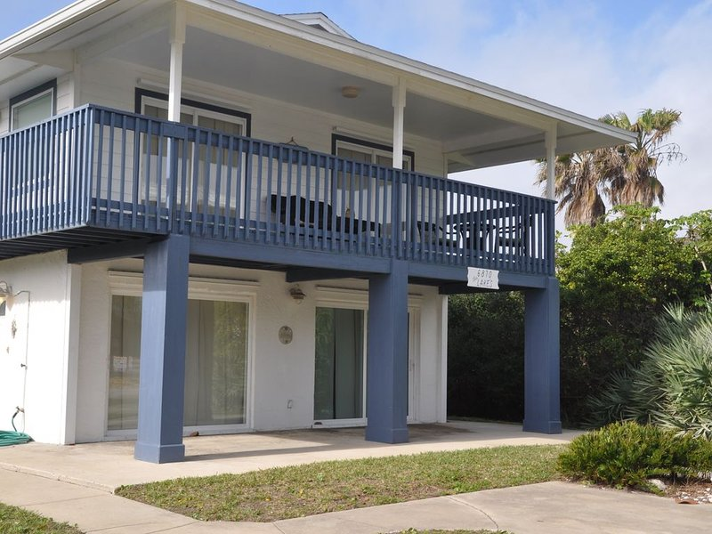 Bargain Beach 4-Bedroom with Pool Table, vacation rental in New Smyrna Beach