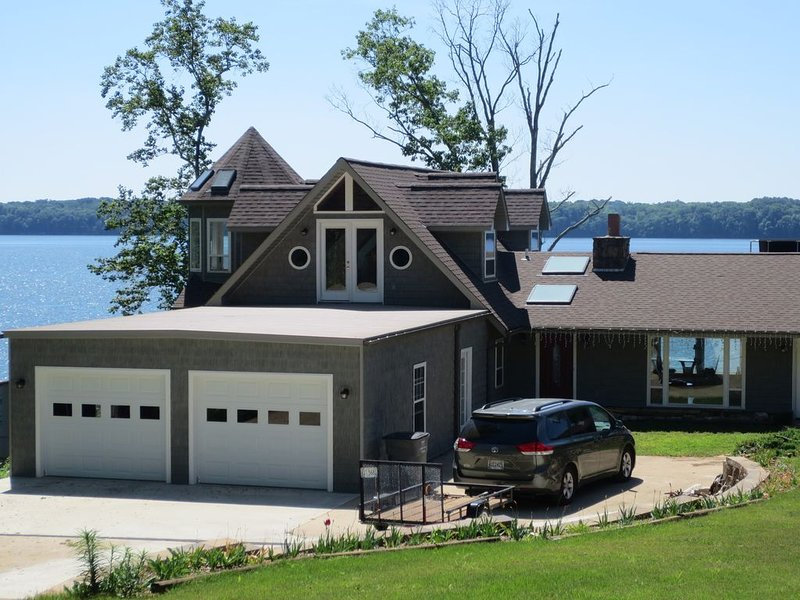 Waterfront Home With 14 Skylights and Pier ~ 'CLIFFHAVEN', holiday rental in Rogersville