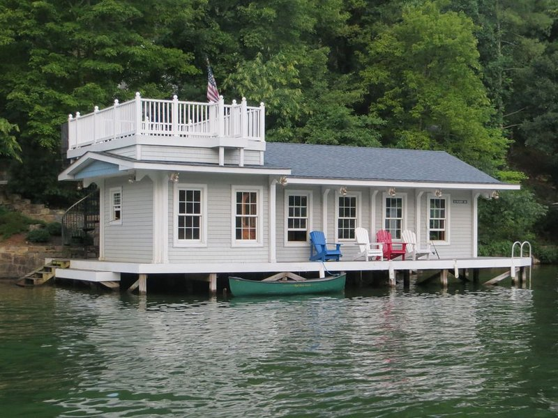 Lakefront Cottage on Lake Lure - Beautiful Boathouse great for Boating/Swimming – semesterbostad i Lake Lure