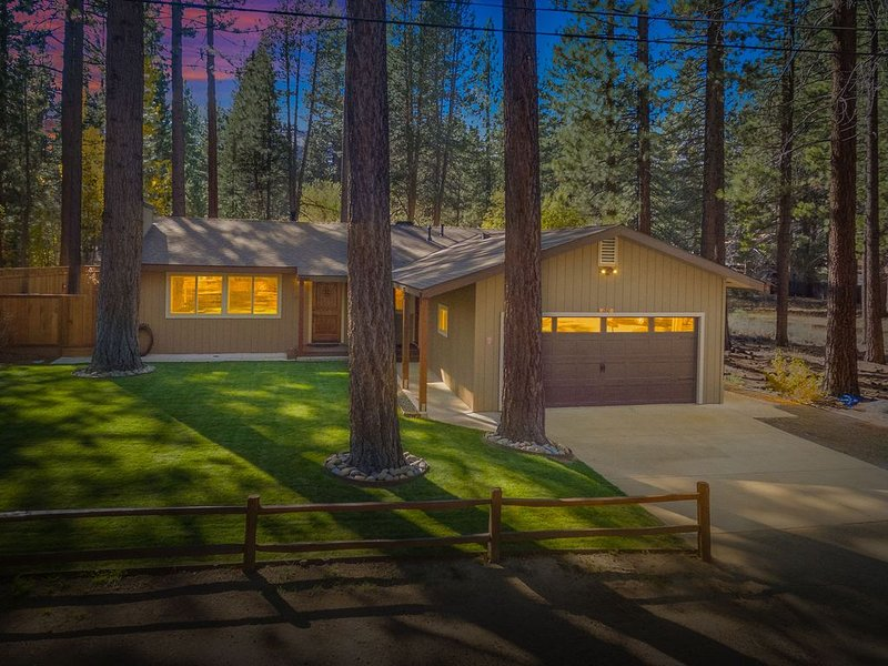 Gorgeous Single Level Home. Great Location*Hot tub*Pool Table, vacation rental in South Lake Tahoe