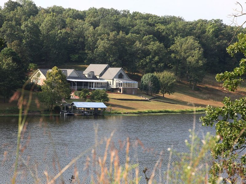 Family-Friendly Lakeside Resort-like Home for Reunions, Retreats & Large Groups, holiday rental in Saint Robert