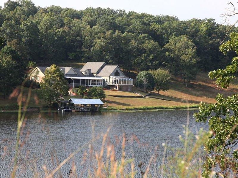 Family-Friendly Lakeside Resort-like Home for Reunions, Retreats & Large Groups, aluguéis de temporada em Dixon