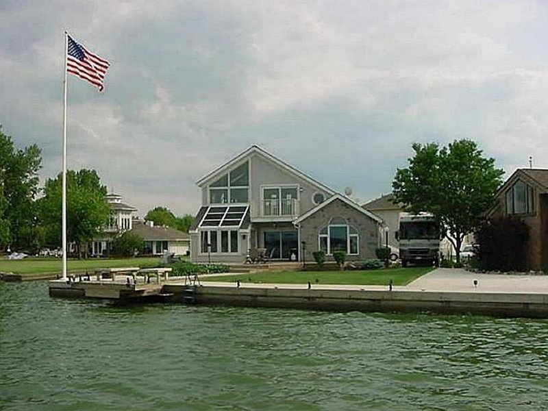 Large Luxury Lake Front Home on Grand Lake, with boat docks and Tiki Bar!, alquiler de vacaciones en Saint Marys