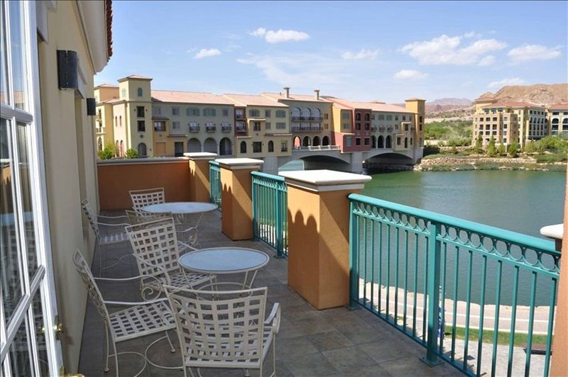 Lakeside 3 Bedroom Condo, Montelago Village, Lake Las Vegas, holiday rental in Boulder City