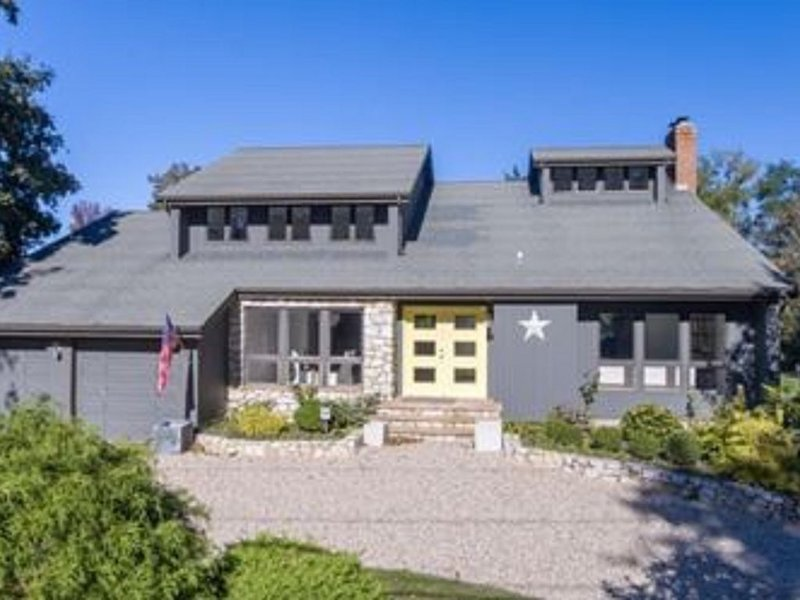 5 Bedrooms ~ Steps from a Private Sandy Beach and Beautiful Vineyard Views.., location de vacances à Southold