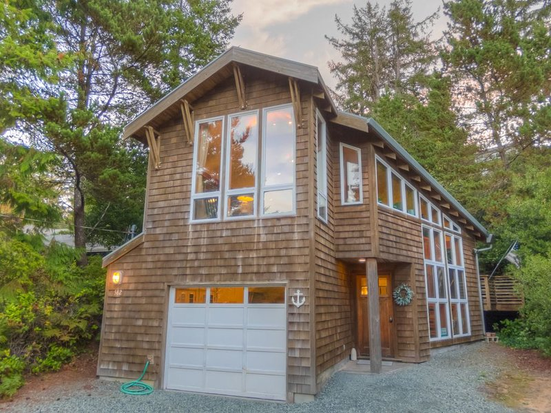 1 Block to Beach, Dog Friendly, Natural Light, Sleeps 6, Large Soaking Tub, vacation rental in Manzanita