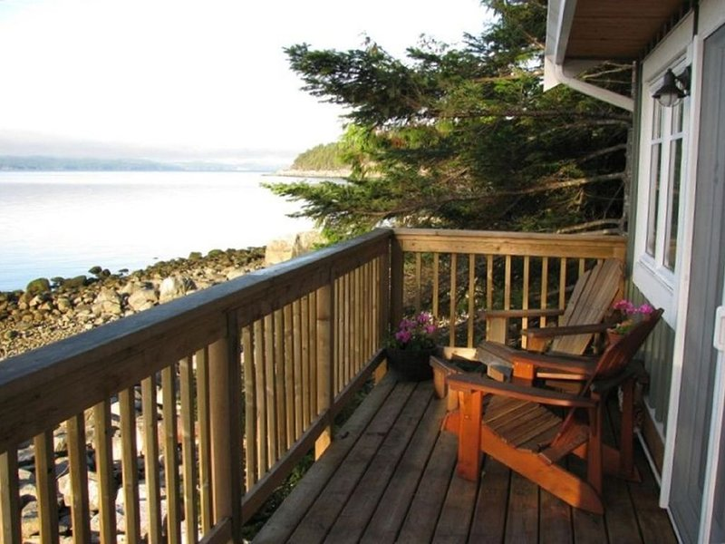 Welcoming Eco-Friendly Oceanfront Cottage on Sunshine Coast, vacation rental in Vananda