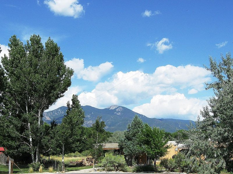 Comfortable House with Mountain Views & Prv Hot Tub Near Plaza, casa vacanza a Pilar