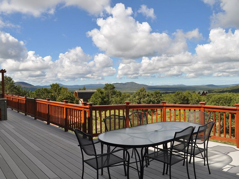 Spacious High Country Custom Home with Stunning Views, location de vacances à Williams