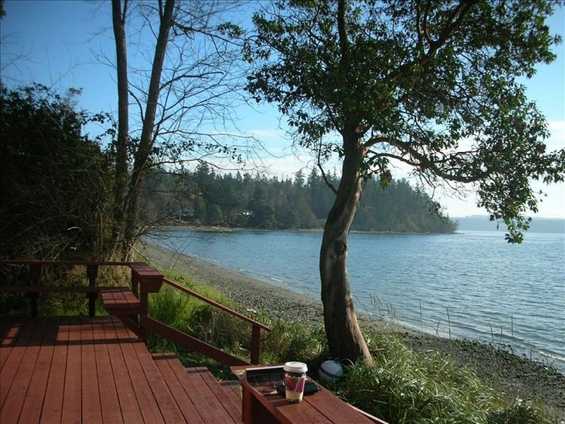 The Beach Cabin on Northeast Geoduck Cove Lane, holiday rental in Keyport
