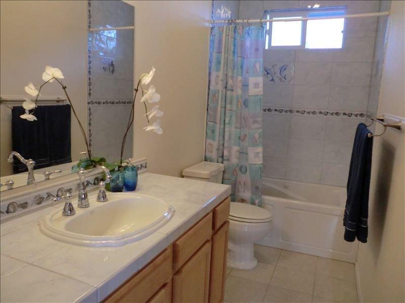 Een van de twee volledige badkamers