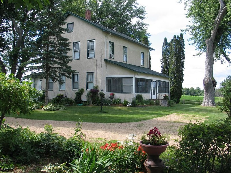 Historic Home - OLD CENTURY FARM HOUSE - near Devil's Lake State Park & WI Dells, holiday rental in Kendall