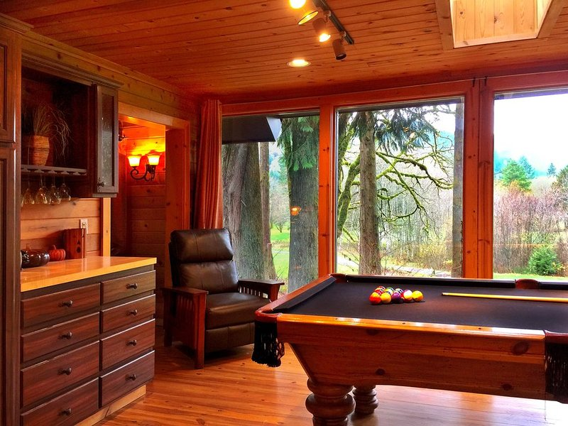 3200 sq. ft. Rustic Cabin on the golf course and 15 minutes to skiing !!!, vacation rental in Welches