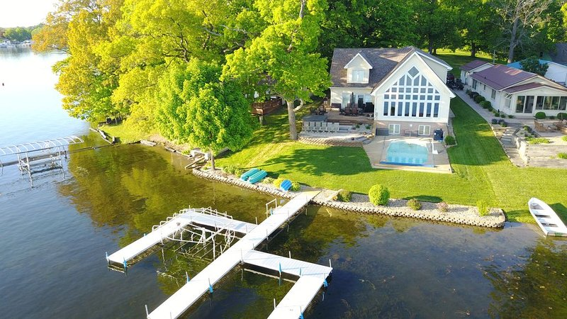 Lakefront Home on Jimmerson Lake, Hot Tub, Heated Pool and Game room, holiday rental in Coldwater