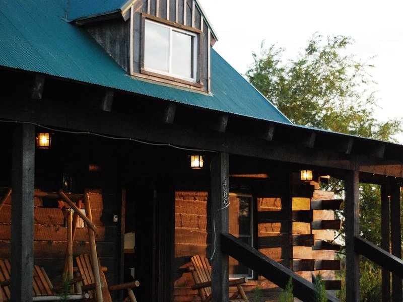 Log cabin in the Scenic Flint Hills of Kansas, holiday rental in Maple Hill