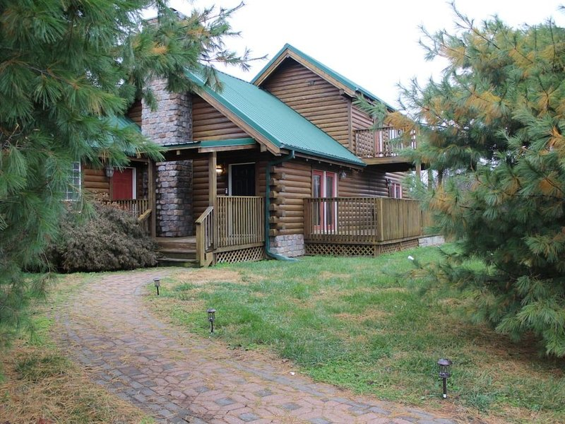 Beautiful Rustic 2 Bedroom Lone Jack Log Cabin just east of KC Metro, aluguéis de temporada em Lee's Summit
