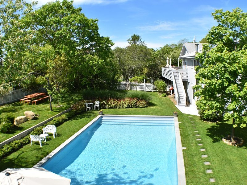 Private Montauk Setting; Walk to Beach & Town; Large Pool; Jacuzzi; Kid Friendly, vakantiewoning in Hamptons