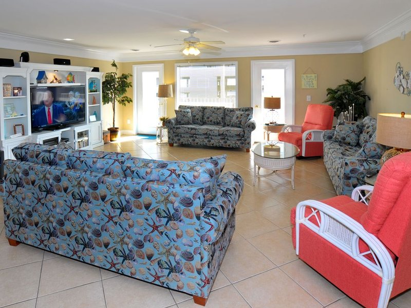 This is it! Spacious Luxury 8 Bedroom Villa, Pool, Hs Internet, holiday rental in North Myrtle Beach