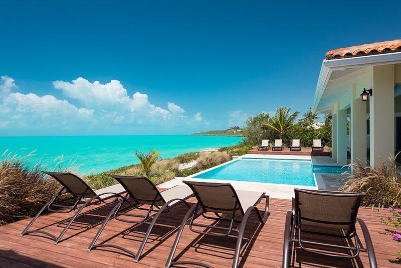 A Palm Tree Paradise at This Wonderful Oceanfront Villa, location de vacances à The Bight Settlement