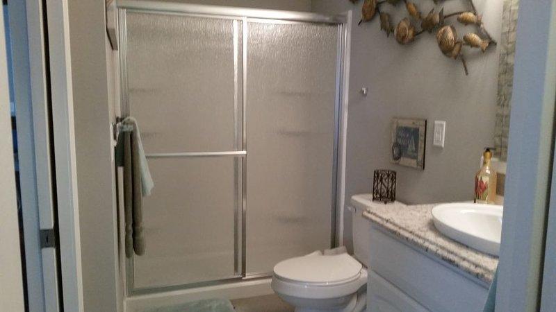 Salior J's! Beautiful Quaint 3BR and 2 Bath house that sleeps 8, New renovation., aluguéis de temporada em Sunnyside