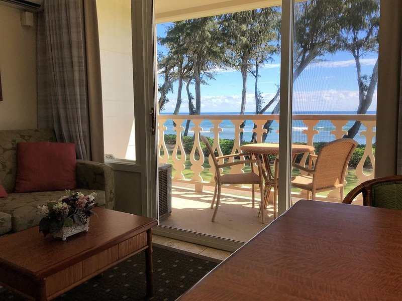 Beautiful Oceanfront/Beachfront Studio w/ Private Lanai, alquiler de vacaciones en Kapaa