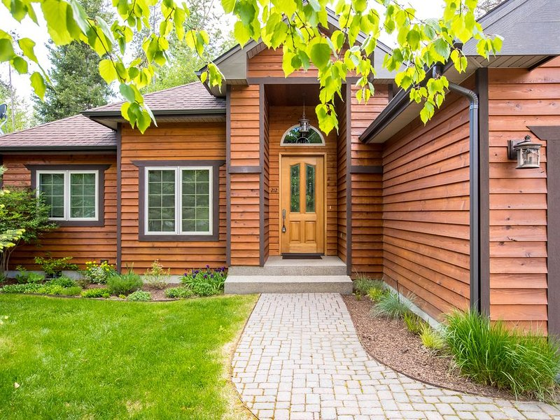 Elegant Meadow Lake home 20 minutes from Glacier, vacation rental in Columbia Falls