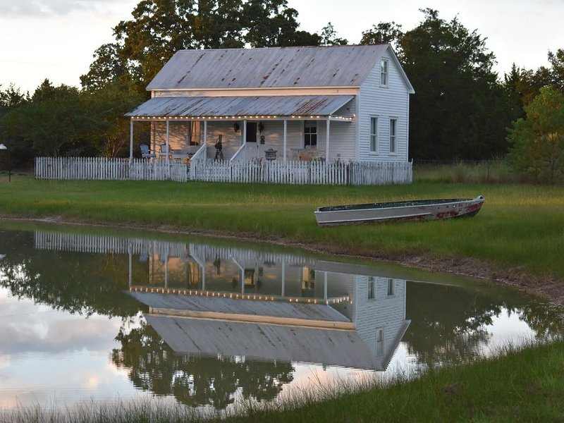 Cooper House --Round Top Restored 1800's Charming Farmhouse On 10 Acres W/ Pond, aluguéis de temporada em Round Top