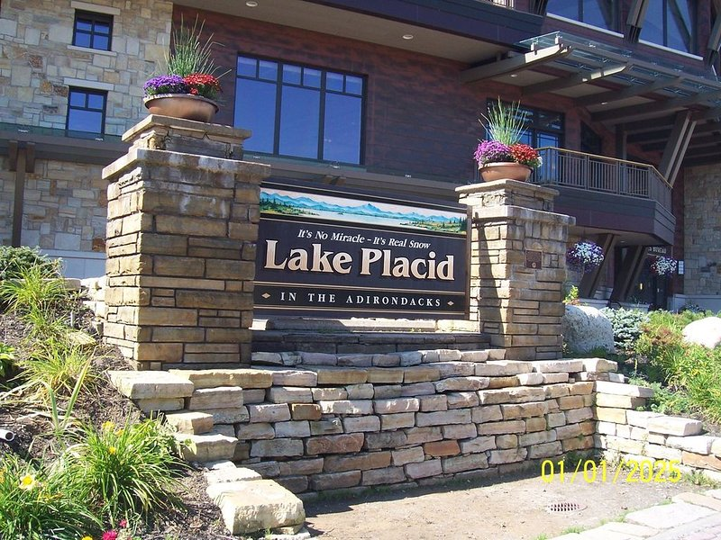Pinehill 4: Beautiful 3 Bedroom Condo, Sleeps 8, Great Location, In Village!, alquiler de vacaciones en Lake Placid