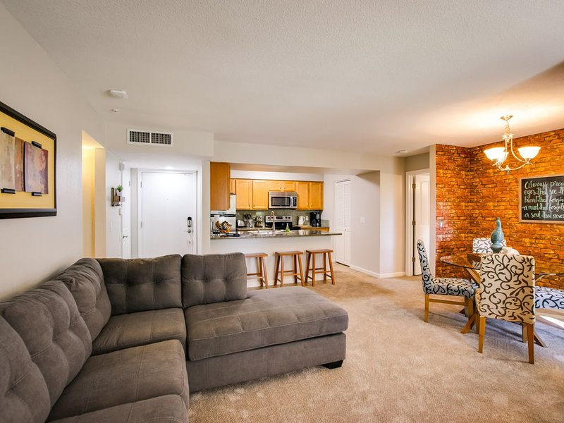SLEEPS 8 Beautiful, Fully Furnished Condo - Great Price, Perfect Location!, holiday rental in Tempe