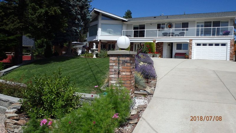 1 bedroom, 1 bath, sleeps 4 , kitchen, dining area, livingroom and private patio, casa vacanza a West Kelowna