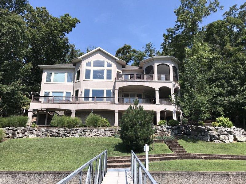 6 Bedroom 4.5 bath lakefront home in Porta Cima! Main channel view & quiet water, alquiler de vacaciones en Lake Ozark