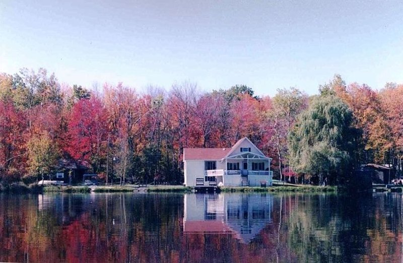 Poconos Lakefront with PRIVATE BEACH., holiday rental in Thornhurst