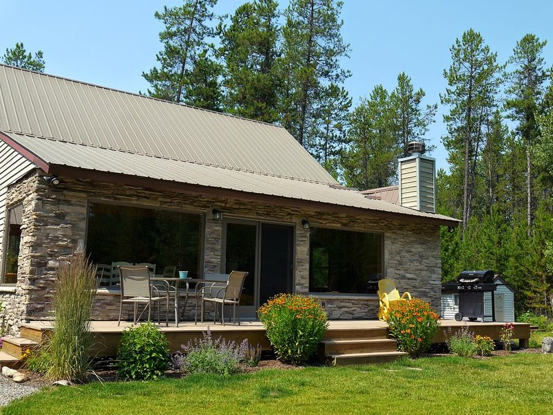 Family Home just 7 Miles From Glacier National Park, casa vacanza a Coram