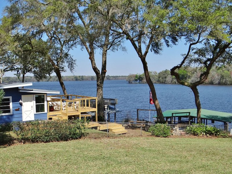 Charming, spotless Lake Cottage, X-large covered & uncovered docks, screen porch, casa vacanza a Quincy